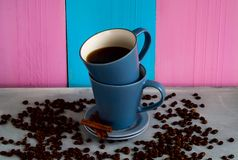 2 голубых чашки кофе на блестящей предпосылке Стоковая Фотография RF