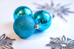 3 голубых шарика украшения на белой предпосылке Стоковая Фотография RF