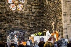 ГОЛУЭЙ, ИРЛАНДИЯ - 18-ОЕ ФЕВРАЛЯ 2017: Люди моля внутрь римско-католического собора нашей дамы Assumed в рай и St стоковое фото rf