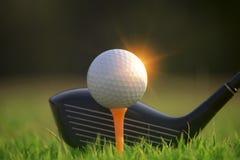 Гольф-клубы и шары для игры в гольф на зеленой лужайке в красивом поле для гольфа стоковая фотография