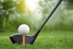 Гольф-клубы и шары для игры в гольф на зеленой лужайке в красивом поле для гольфа стоковые изображения