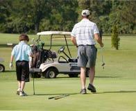 гольф отца играя сынка Стоковые Фото