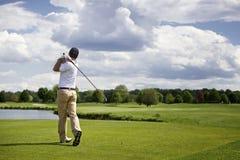 гольф с teeing игрока Стоковые Изображения RF