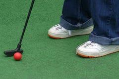 Гольф удар, загоняющий мяч в лунку удар, загоняющий мяч в лунку Стоковые Фото