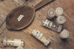 Гомеопатические бутылки и пилюльки Стоковое Изображение