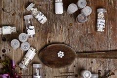 Гомеопатические бутылки и пилюльки Стоковые Фотографии RF