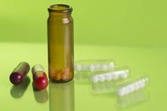 Гомеопатические бутылки и пилюльки Стоковая Фотография RF