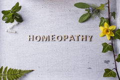 Гомеопатия, глобулы гомеопатии и бутылки Стоковое Изображение