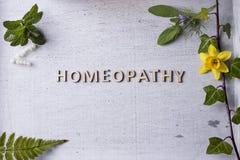 Гомеопатия, глобулы гомеопатии и бутылки Стоковые Изображения RF