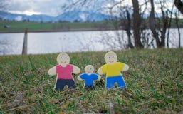 Гомосексуальные пары с их сыном испекли от печенья shortcrust Стоковые Изображения