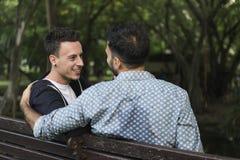Гомосексуалиста пар влюбленности концепция Outdoors Стоковое Фото