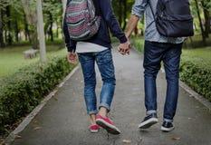 Гомосексуалиста пар влюбленности концепция Outdoors Стоковые Изображения RF