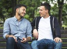Гомосексуалиста пар влюбленности концепция Outdoors Стоковое Изображение