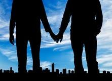 Гомосексуалисты силуэта счастливые держа руки Стоковые Фотографии RF