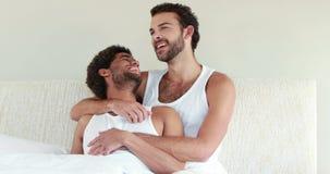 Гомосексуальные пары говоря совместно на кровати видеоматериал