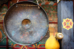 Гонг и мушкел на буддийском виске стоковое изображение rf