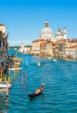 Гондола на грандиозном канале в Венеции, Италии Стоковые Фото