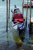 Гондола ожидая туристов для езды на грандиозном канале в Венеции Стоковая Фотография