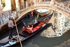 Гондола плавает на старой красивой улице в Венеции стоковое изображение rf