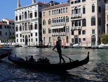 Гондола с туристом на большом канале Венеции, Италии стоковое фото
