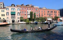 Гондола с туристом на большом канале Венеции, Италии стоковое фото rf