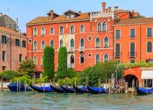 Гондолы вдоль зданий на грандиозном канале Венеции Италии Стоковые Изображения