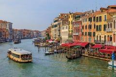 Гондолы вдоль зданий на грандиозном канале Венеции Италии Стоковое фото RF