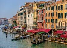 Гондолы вдоль зданий на грандиозном канале Венеции Италии Стоковое Изображение