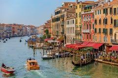 Гондолы вдоль зданий на грандиозном канале Венеции Италии Стоковая Фотография