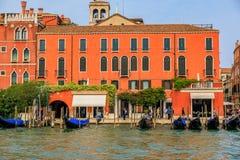 Гондолы вдоль зданий на грандиозном канале Венеции Италии Стоковые Фотографии RF