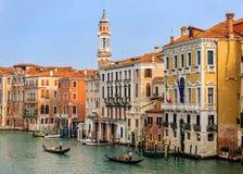 Гондолы вдоль зданий на грандиозном канале Венеции Италии Стоковое Изображение RF