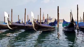 Гондолы Венеции, Италии качать в лагуне сток-видео