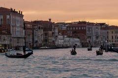Гондолы Венеции на грандиозном канале на перемещении Италии захода солнца Стоковое Фото