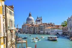 Гондолы Венеция Италия церков салюта Santa Maria грандиозного канала Стоковое Фото