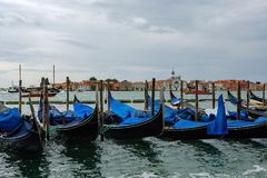 Гондолы в венецианской лагуне в северовосточной Италии Стоковая Фотография