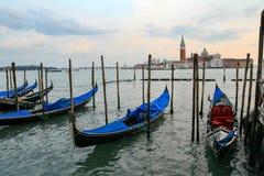 Гондолы в Венеции - заходе солнца с церковью Сан Giorgio Maggiore Стоковые Фотографии RF