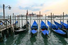 Гондолы в Венеции - заходе солнца с церковью Сан Giorgio Maggiore Стоковые Изображения