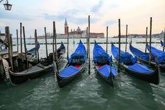 Гондолы в Венеции - заходе солнца с церковью Сан Giorgio Maggiore Стоковые Фото