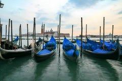 Гондолы в Венеции - заходе солнца с церковью Сан Giorgio Maggiore Стоковое Изображение