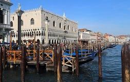 Гондолы и дворец дожа в Венеции, Италии стоковая фотография