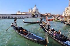 Гондолы и gondoliers в Венеции, Италии стоковое фото