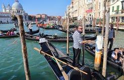 Гондолы и gondoliers в Венеции, Италии стоковая фотография rf