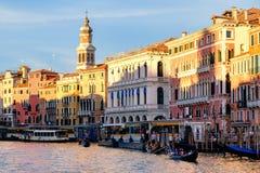 Гондолы и vaporetti на грандиозном канале в Венеции Стоковые Фото