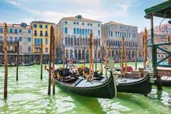 Гондолы на грандиозном канале в Венеции, Италии Стоковая Фотография RF