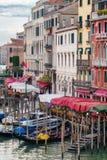 Гондолы на грандиозном канале в Венеции рядом с старыми красочными дворцами Стоковая Фотография