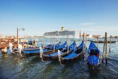 Гондолы на грандиозном канале в Венеции, церков Сан Giorgio Maggiore Стоковая Фотография