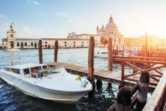 Гондолы на грандиозном канале в Венеции, церков Сан Giorgio Maggiore Стоковое Изображение