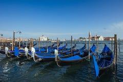 Гондолы на грандиозном канале в Венеции, церков Сан Giorgio Maggiore Стоковые Фотографии RF