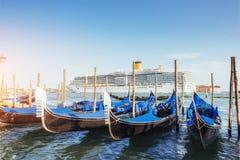 Гондолы на грандиозном канале в Венеции, церков Сан Giorgio Maggiore Стоковые Изображения