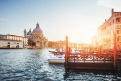 Гондолы на грандиозном канале в Венеции, церков Сан Giorgio Maggiore Стоковые Изображения RF